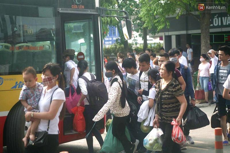 Kết thúc 4 ngày nghỉ lễ, người dân lỉnh kỉnh đồ đạc quay lại Hà Nội và Sài Gòn - Ảnh 9.