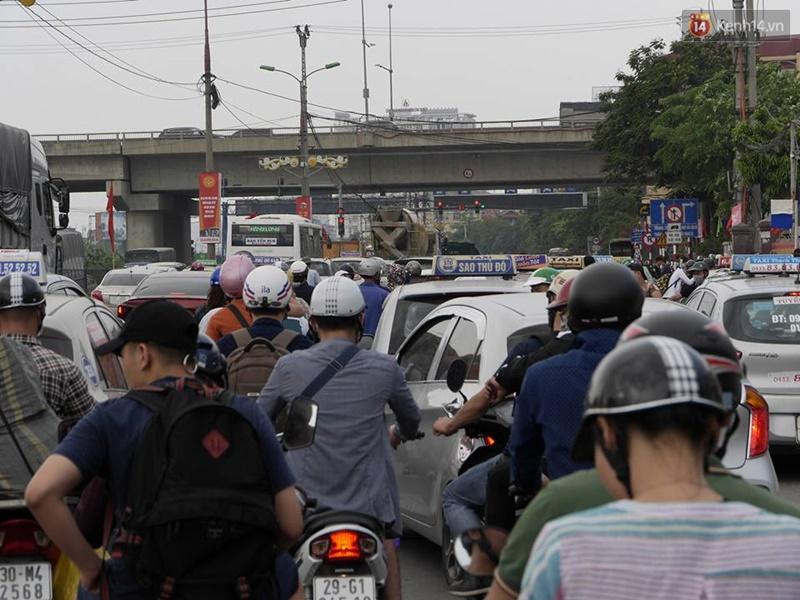 Kết thúc 4 ngày nghỉ lễ, người dân lỉnh kỉnh đồ đạc quay lại Hà Nội và Sài Gòn - Ảnh 3.