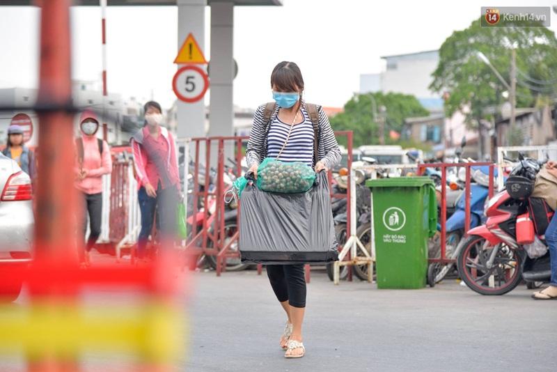 Kết thúc 4 ngày nghỉ lễ, người dân lỉnh kỉnh đồ đạc quay lại Hà Nội và Sài Gòn - Ảnh 20.