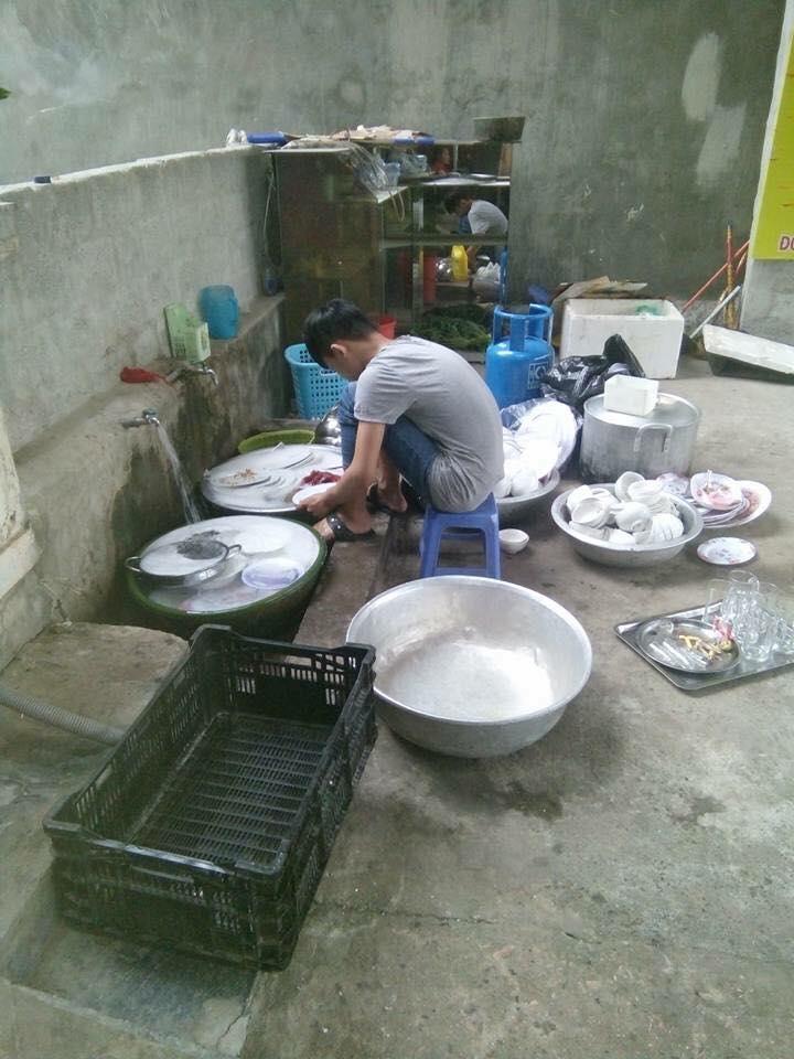 Đi ăn cỗ, chàng trai một mình rửa 6 mâm bát đĩa vì chị gái đau tay - Ảnh 3.