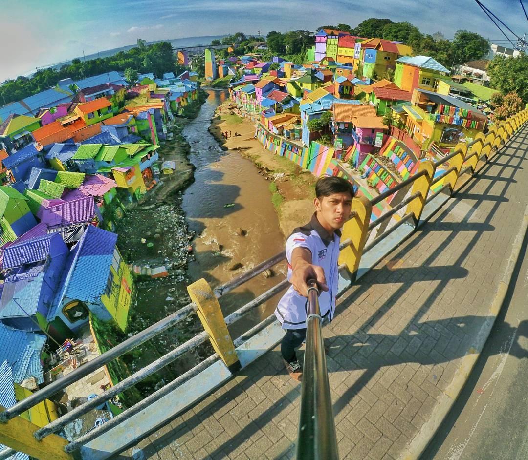 Cận cảnh Làng Cầu Vồng đang gây bão Instagram: Ngập tràn sắc màu tha hồ sống ảo, và rất gần Việt Nam đấy! - Ảnh 1.