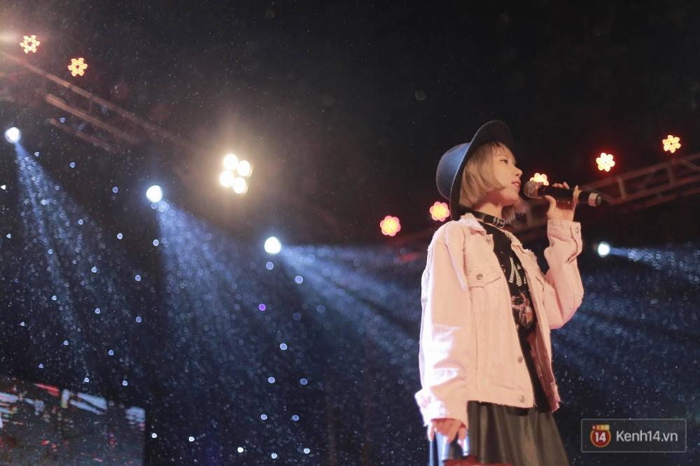 Xuất hiện bất ngờ tại đêm hội Made In 12 của Amser, Min gây náo loạn với bản hit Yêu - Ảnh 4.