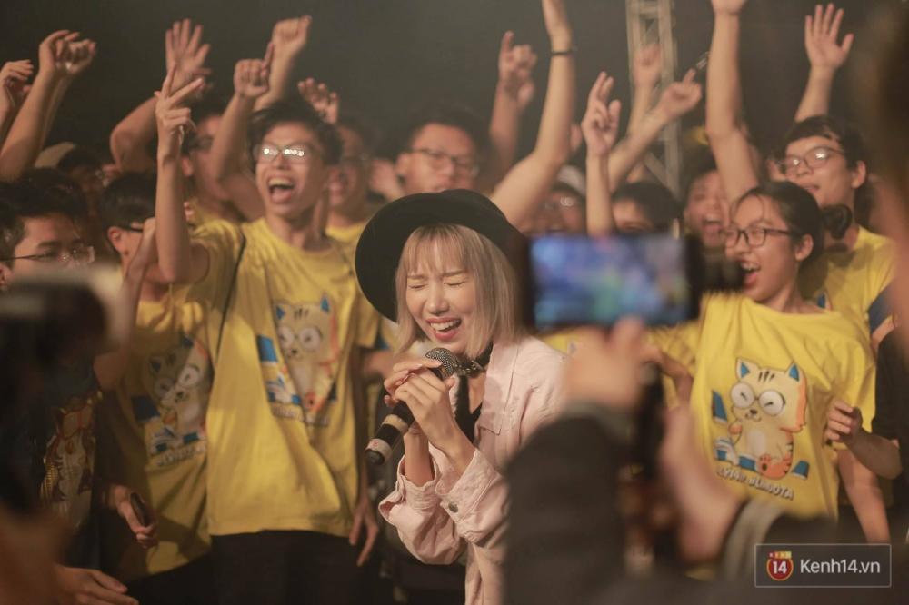 Xuất hiện bất ngờ tại đêm hội Made In 12 của Amser, Min gây náo loạn với bản hit Yêu - Ảnh 1.