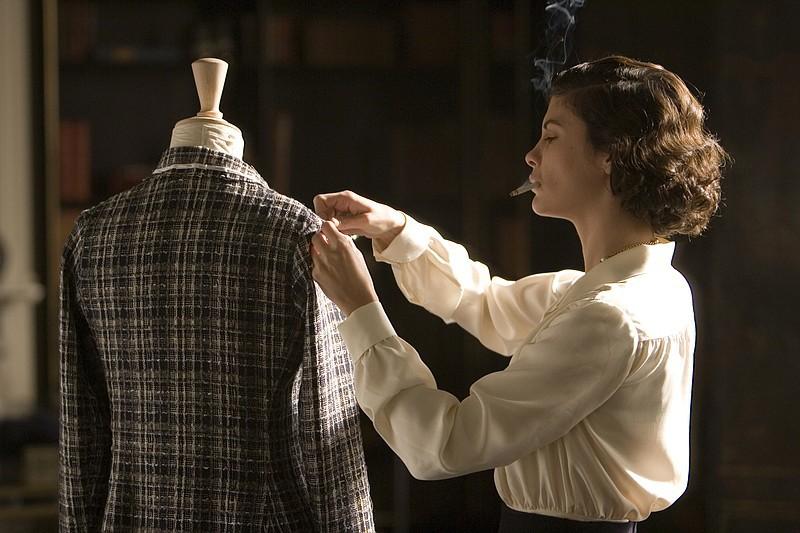 """Nếu mê mẩn những bộ cánh trong """"Cô Ba Sài Gòn"""", đây là 6 phim điện ảnh thời trang chất không kém! - Ảnh 18."""