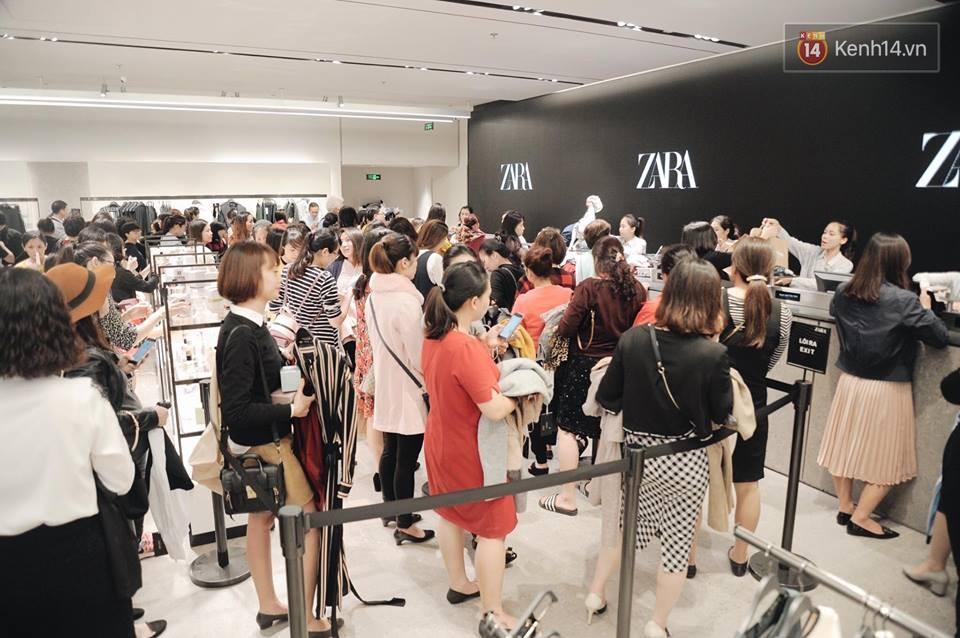Zara Hà Nội khai trương: Tới trưa khách đông nghịt, ai cũng nô nức mua sắm như đi trẩy hội - Ảnh 3.