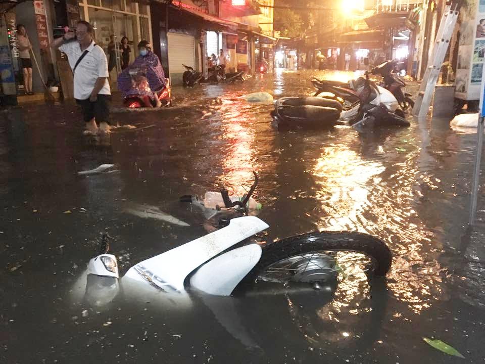Phố Tây Tạ Hiện ngập kinh hoàng sau mưa lớn, xe máy ngâm nước la liệt! - Ảnh 10.