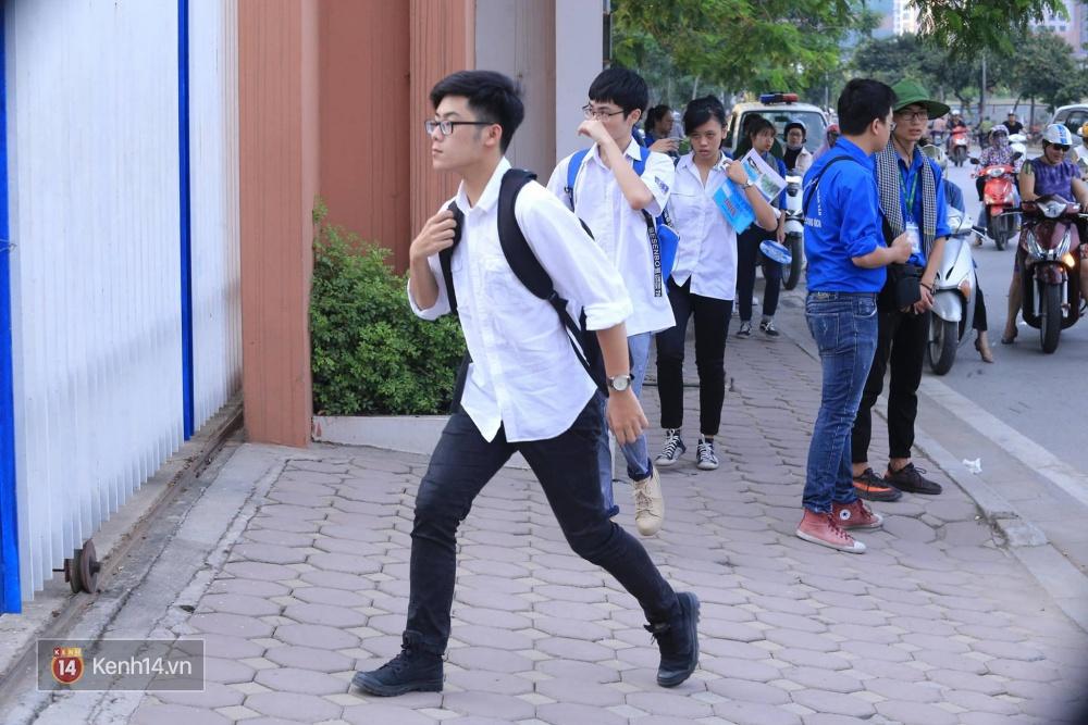 Thí sinh bước vào buổi thi cuối cùng kỳ thi THPT 2017 - Ảnh 5.