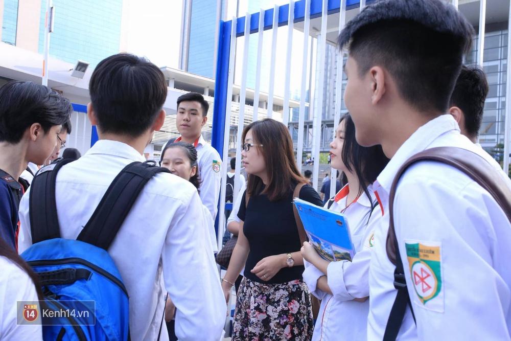 Thí sinh bước vào buổi thi cuối cùng kỳ thi THPT 2017 - Ảnh 6.