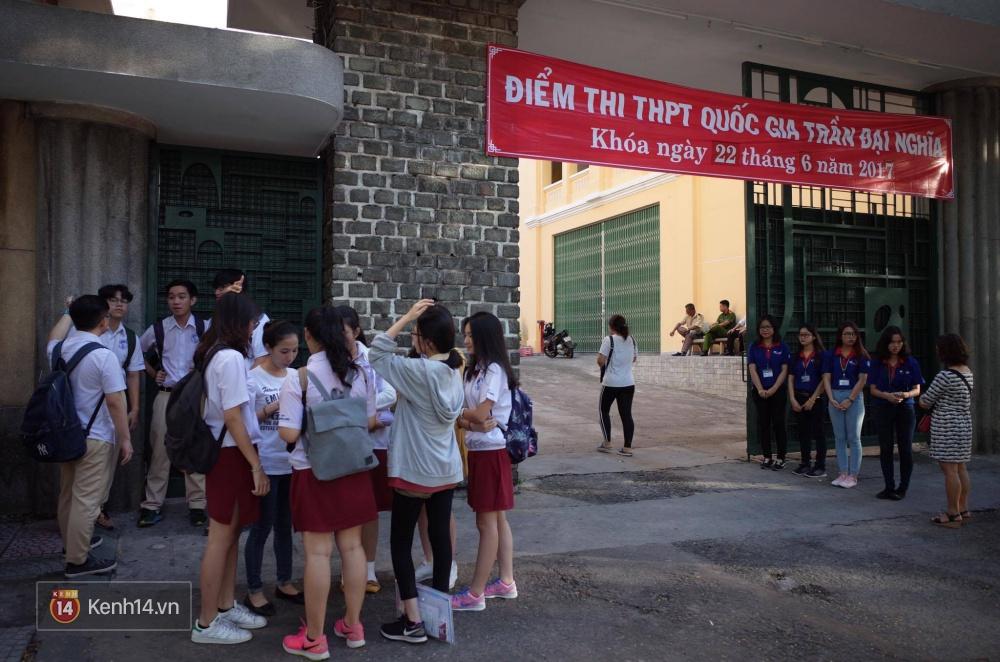 Thí sinh bước vào buổi thi cuối cùng kỳ thi THPT 2017 - Ảnh 1.