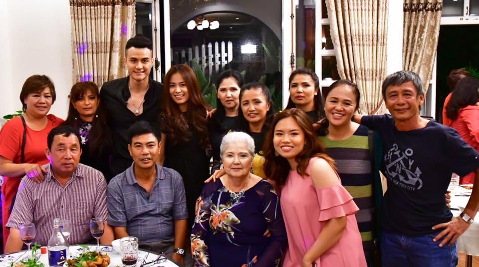 Vĩnh Thụy ôm eo Hoàng Thuỳ Linh trong tiệc sinh nhật của mẹ - Ảnh 3.