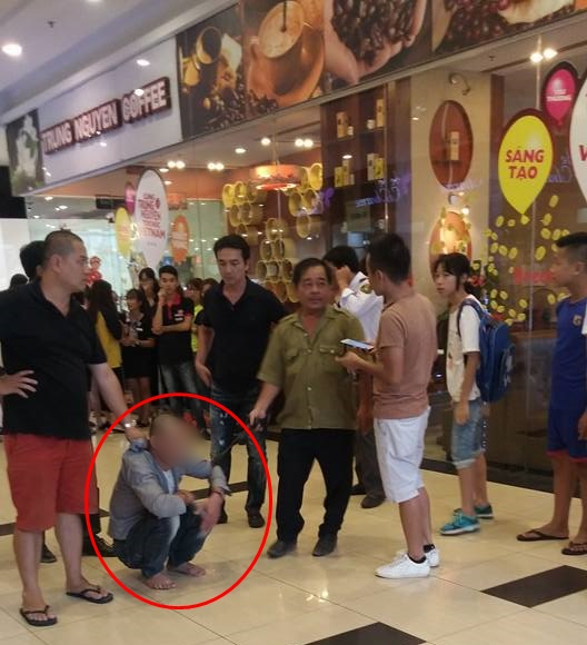 Công an đang điều tra clip bảo vệ siêu thị ở quận Long Biên bị người dân bắt giữ vì quấy rối thiếu nữ - Ảnh 1.