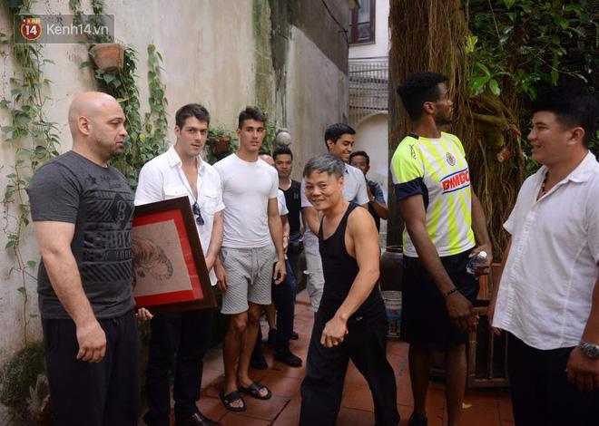 Cao thủ Vịnh Xuân Flores đến tận nhà, tặng quà cho võ sư Đoàn Bảo Châu - Ảnh 4.