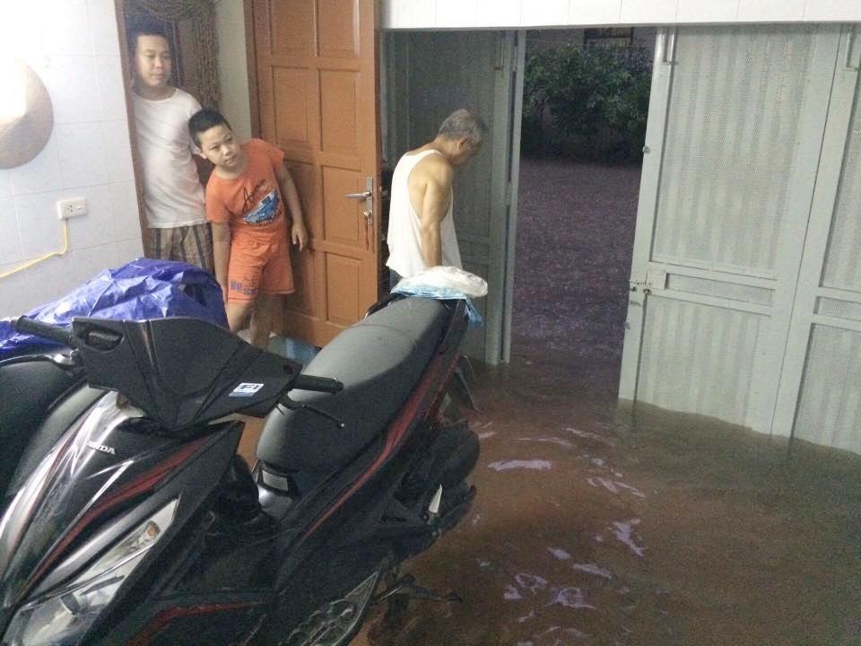 Chùm ảnh: Hà Nội ngập nặng sau cơn mưa chiều tối, đời sống người dân đảo lộn - Ảnh 4.