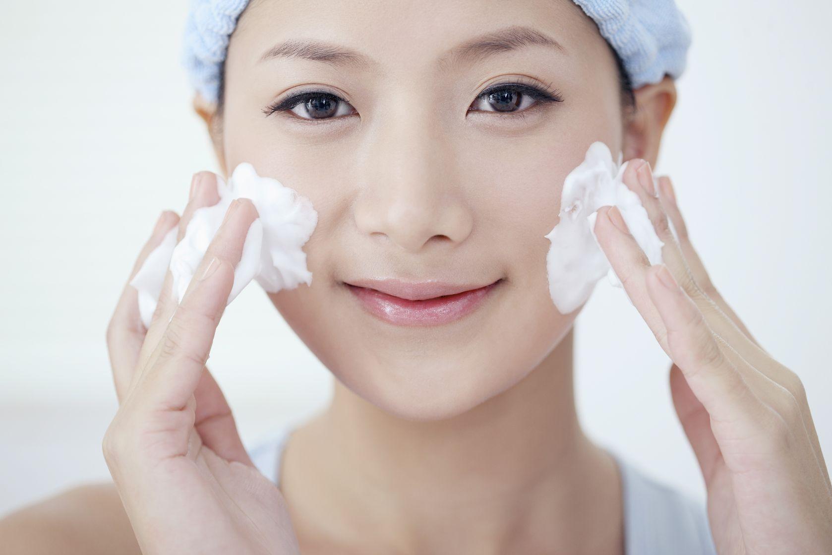 4 kiểu chăm sóc da sai lầm chỉ khiến da ngày càng già đi rõ rệt - Ảnh 1.