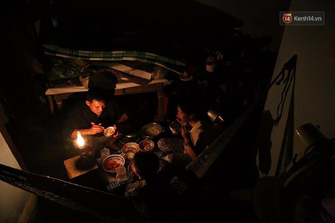 Hai ngày sau khi cơn bão số 12 đi qua, người dân Khánh Hòa vẫn chật vật sống trong bóng đêm vì mất điện - Ảnh 1.