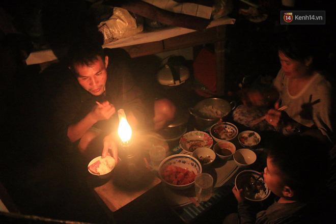 Hai ngày sau khi cơn bão số 12 đi qua, người dân Khánh Hòa vẫn chật vật sống trong bóng đêm vì mất điện - Ảnh 13.