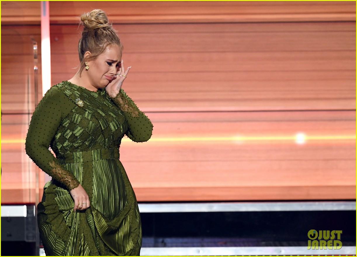Adele khóc khi nhận giải vì cảm thấy Beyoncé mới là người xứng đáng - Ảnh 1.