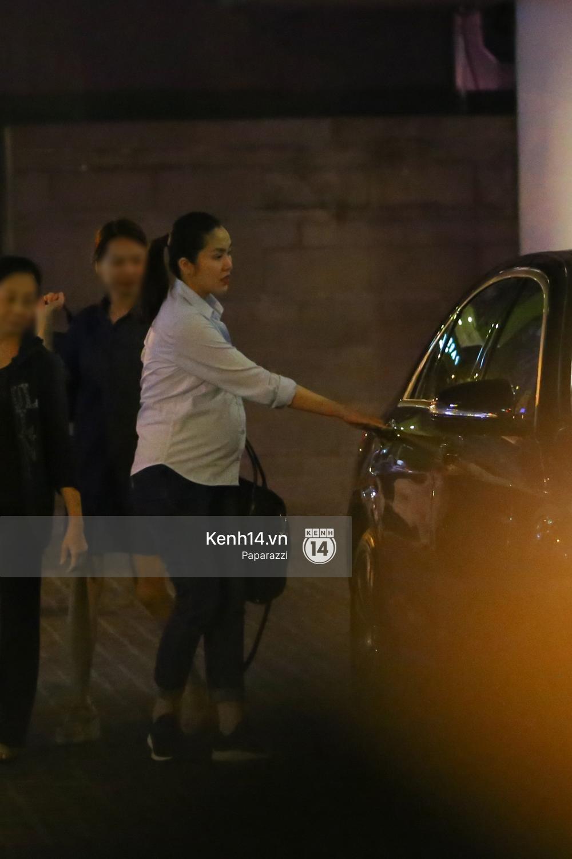 Mang thai gần 9 tháng, Hà Tăng vẫn vui vẻ bồng bế con trai đi chơi sau giờ làm - Ảnh 2.
