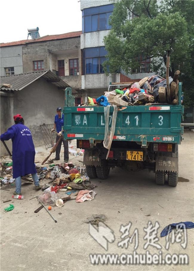 Nghiện nhặt nhạnh, người đàn ông sống giữa núi rác phải dùng tới 28 xe tải mới vận chuyển hết - Ảnh 2.