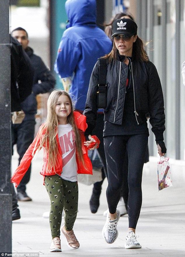 Không thể tin cũng có ngày bà Beck diện legging cùng sneaker giản dị thế này ra phố - Ảnh 4.