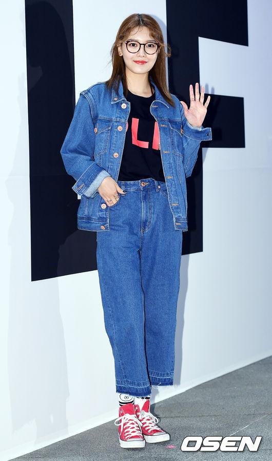 Ăn vận trẻ trung dự Seoul Fashion Week, Sooyoung được ví dễ thương như nhân vật truyện tranh Arale - Ảnh 2.