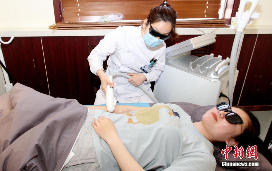 Sinh viên Trung Quốc đổ xô đi phẫu thuật thẩm mỹ để có thêm cơ hội việc làm mùa Hè này - Ảnh 1.