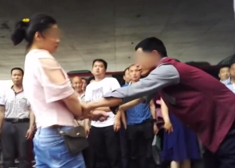 Bất chấp mọi lời can ngăn, cô gái 19 tuổi liên tục đánh chửi bố mẹ già thậm tệ giữa đường - Ảnh 2.