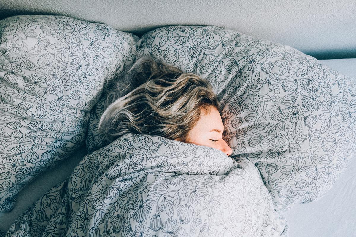 4 thói quen xấu ai cũng mắc phải vào cuối tuần khiến sức khỏe bị ảnh hưởng không nhỏ - Ảnh 1.