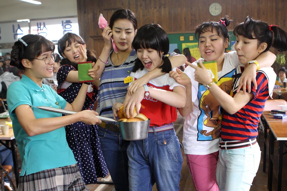 Sunny: Chỉ cần chạm nhẹ, đã lại sống ở một thời thanh xuân - Ảnh 2.