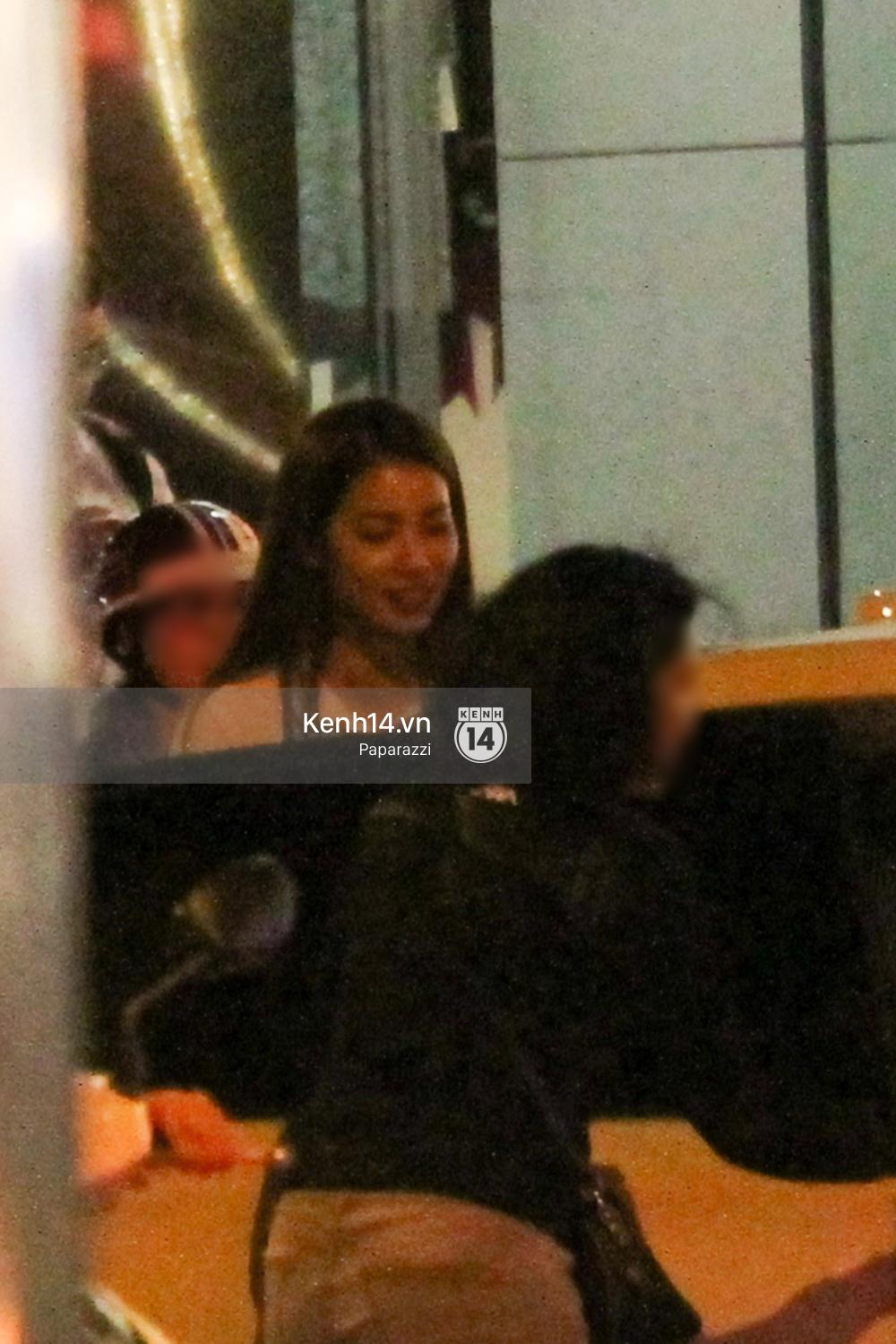 Phạm Hương thoải mái đi ăn, hát karaoke với bạn sau khi cửa hàng bị tạt sơn - Ảnh 6.