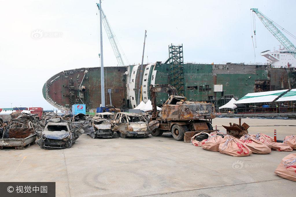 Hình ảnh hơn 100 ô tô biến thành đống sắt gỉ sau 3 năm nằm dưới đáy biển cùng phà Sewol khiến nhiều người rùng mình - Ảnh 3.