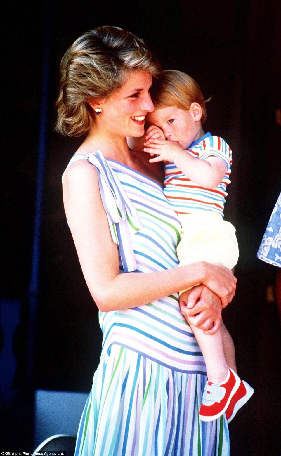 Chùm ảnh: Những khoảnh khắc hạnh phúc và ngọt ngào của Công nương Diana bên các con - Ảnh 4.