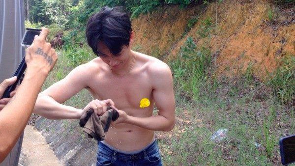 Rocker Nguyễn bất ngờ để lộ bụng mỡ, thân hình kém săn chắc - Ảnh 2.