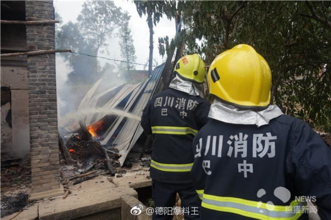 Nhà dân bất ngờ bốc cháy, đội cứu hoả nhanh trí dùng nước bể phốt dập lửa - Ảnh 2.