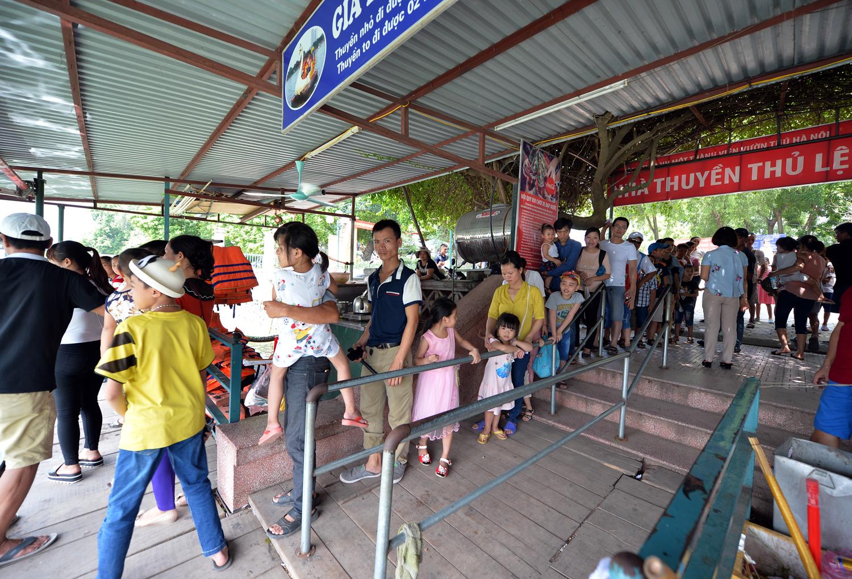 Chùm ảnh: Biển người đổ về khu vui chơi ở Hà Nội trong ngày đầu nghỉ lễ Quốc khánh - Ảnh 2.