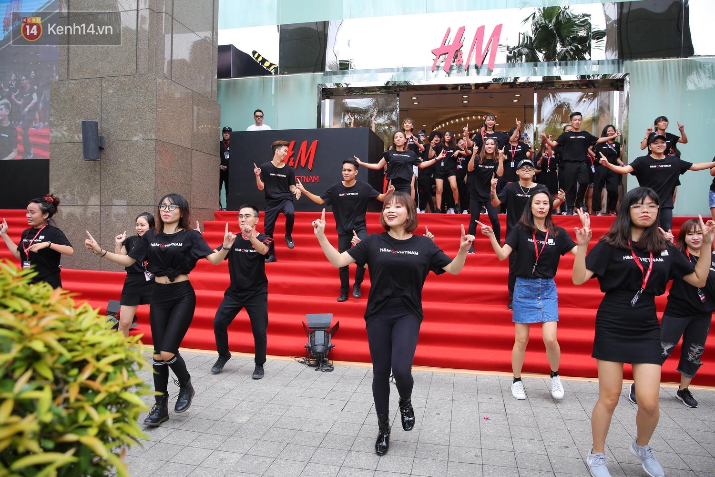 Đội ngũ nhân viên H&M Việt Nam chào sân với tiết mục nhảy tập thể có một không hai trong ngày khai trương - Ảnh 7.