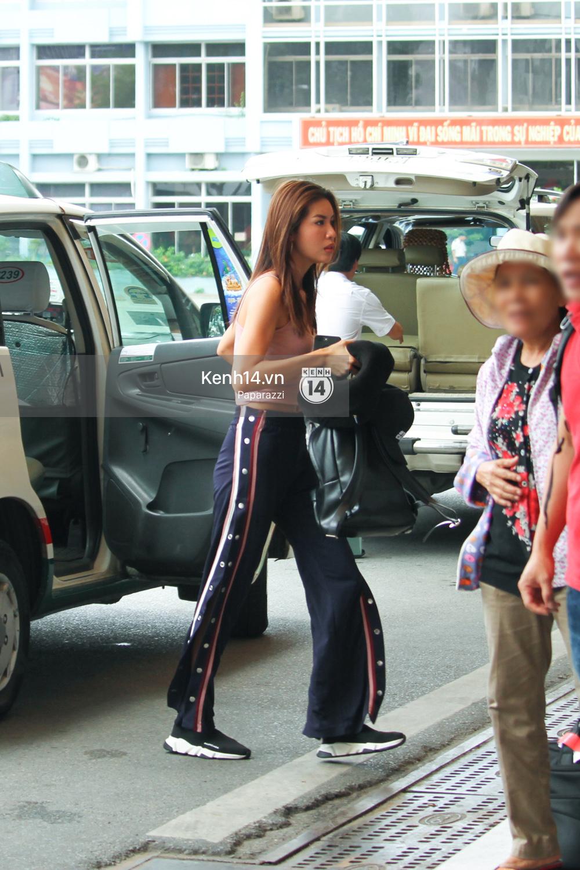Bắt gặp Minh Tú trốn ở một góc sân bay và loay hoay với vali hành lí của mình - Ảnh 2.