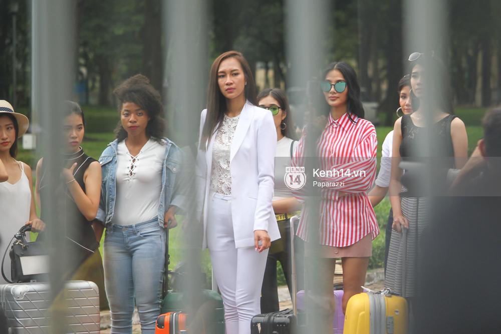 Nhan sắc khi chưa photoshop của Hoàng Thùy cùng dàn thí sinh Hoa hậu Hoàn vũ Việt Nam giữa trưa nắng - Ảnh 2.