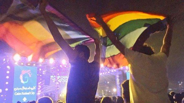 Vẫy cờ cầu vồng trong buổi diễn ca nhạc, 7 thanh niên bị cảnh sát bắt giữ - Ảnh 2.
