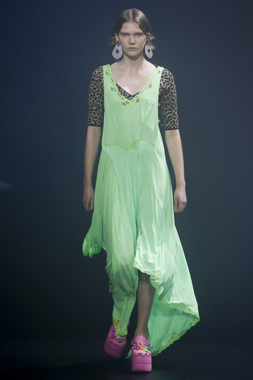 Balenciaga kết hợp với Crocs cho ra mắt mẫu dép đi mưa khó tả nhất mùa Paris Fashion Week năm nay - Ảnh 2.