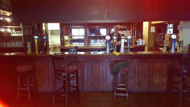 Nhà ngoại cảm chụp được bóng đen của phụ nữ lướt vội trong quán rượu cổ không người - Ảnh 2.