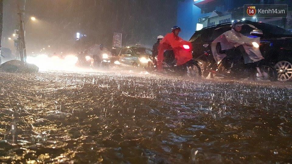 Đường phố Sài Gòn ngập lênh láng sau cơn mưa lớn đêm Trung thu, nhiều phương tiện chết máy giữa biển nước - Ảnh 1.