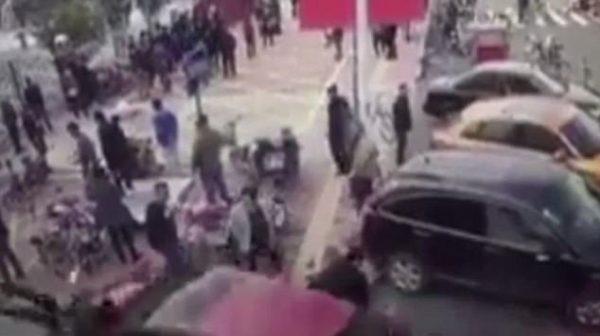 Trung Quốc: Bị mất lái, nữ tài xế lao thẳng xe hơi lên vỉa hè đâm gục nhiều người đi bộ - Ảnh 3.