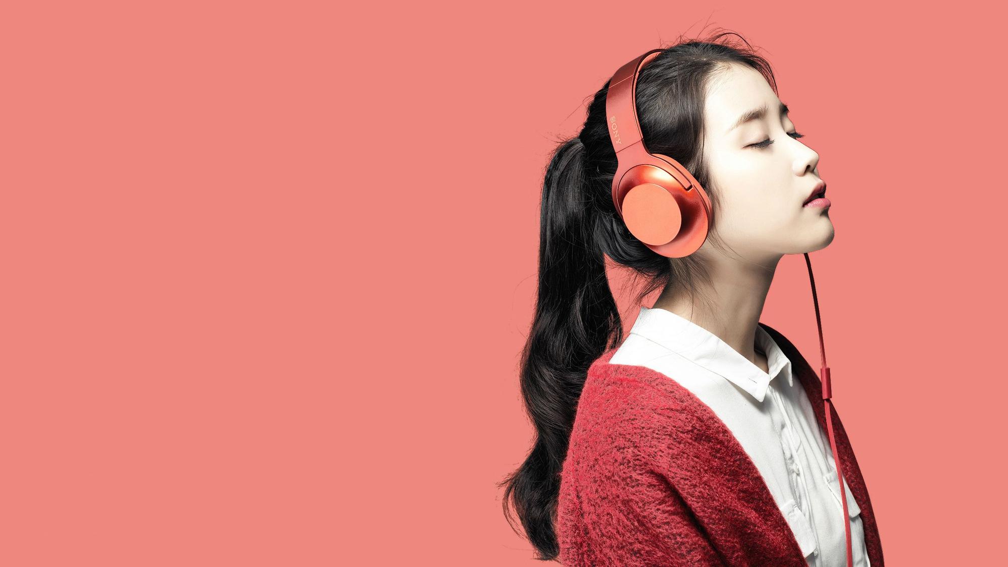 Cắm tai nghe, mở một bài hát rồi bắt đầu đọc nhé