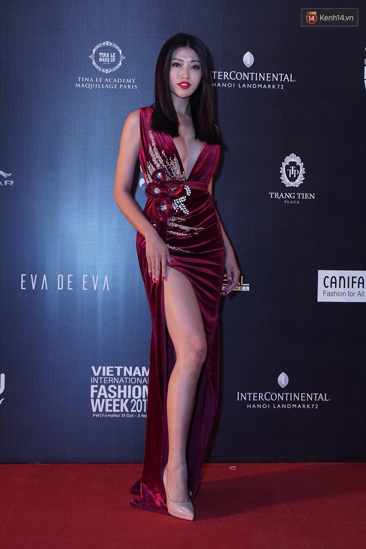 Thảm đỏ VIFW ngày 2: Giữa một dàn hot girl áo dài Quỳnh Anh Shyn, Salim... bỗng xuất hiện Linh Ka mặc váy trắng công chúa - Ảnh 13.