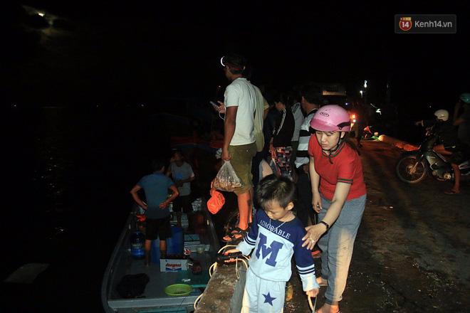 Hai ngày sau khi cơn bão số 12 đi qua, người dân Khánh Hòa vẫn chật vật sống trong bóng đêm vì mất điện - Ảnh 2.
