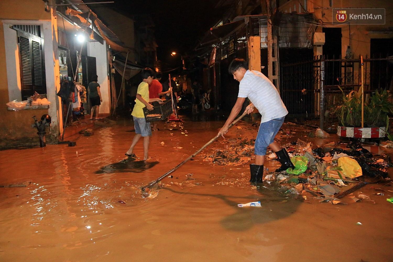 Người dân Hội An trắng đêm lau dọn hàng hóa, nhà cửa khi nước lũ vừa rút - Ảnh 6.