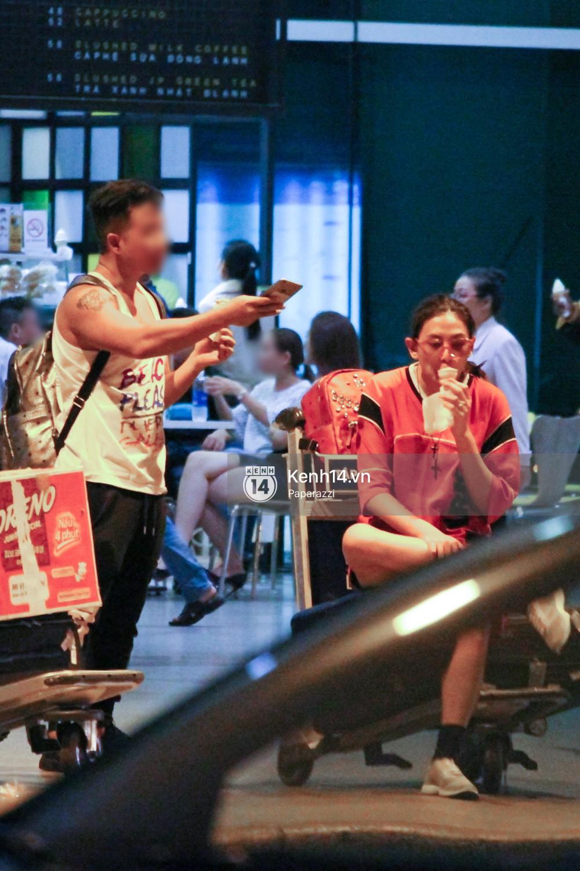 Đáp chuyến bay muộn về Việt Nam, Hoàng Yến trốn một góc vô tư ngồi ăn kem - Ảnh 5.