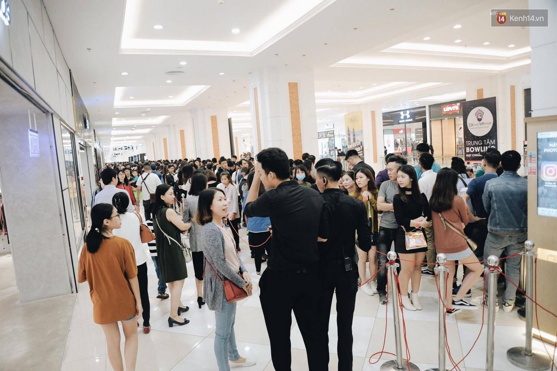 Khai trương H&M Hà Nội: Có hơn 2.000 người đổ về, các bạn trẻ vẫn phải xếp hàng dài chờ được vào mua sắm - Ảnh 6.