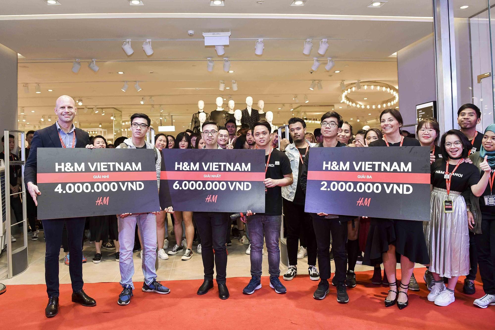 Ngồi lì trước store H&M Hà Nội từ 10h tối hôm trước, cô gái này vẫn lỡ mất tiền triệu vào tay người khác - Ảnh 11.